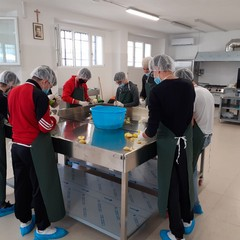 Corsisti impegnati nella produzione di confetture