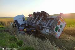 Si ribalta un camion contenente azoto liquido, gli agenti della Polstrada di Cerignola liberano il conducente dalle lamiere