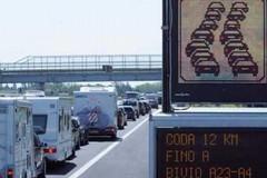 Traffico: oggi bollino nero, lunga fila in autostrada per la Puglia