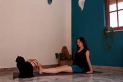 Alessandra Leone: Pratica yoga per gambe e piedi
