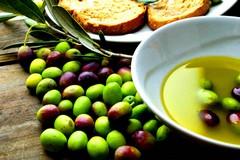 """Coldiretti, caccia all'olio d'oliva: """"Addio a quasi 1 bottiglia su 2 in Puglia"""""""