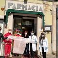 La Farmacia Lezzi dona camici e mascherine