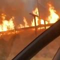 Le fiamme bruciano vaste aree nei rioni di Cerignola
