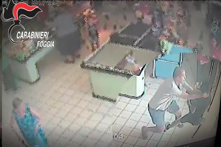Carabiniere libero dal servizio sventa una rapina e cattura il rapinatore -VIDEO OSCURATO-
