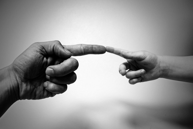 Dita di adulto e bambino che si toccano. <span>Foto PublicDomainPictures su Pixabay</span>