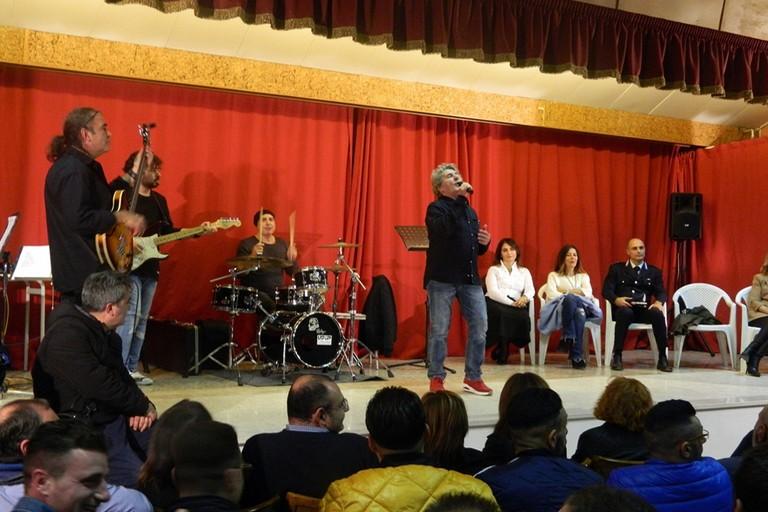 Fausto Leali canta nel carcere di Foggia