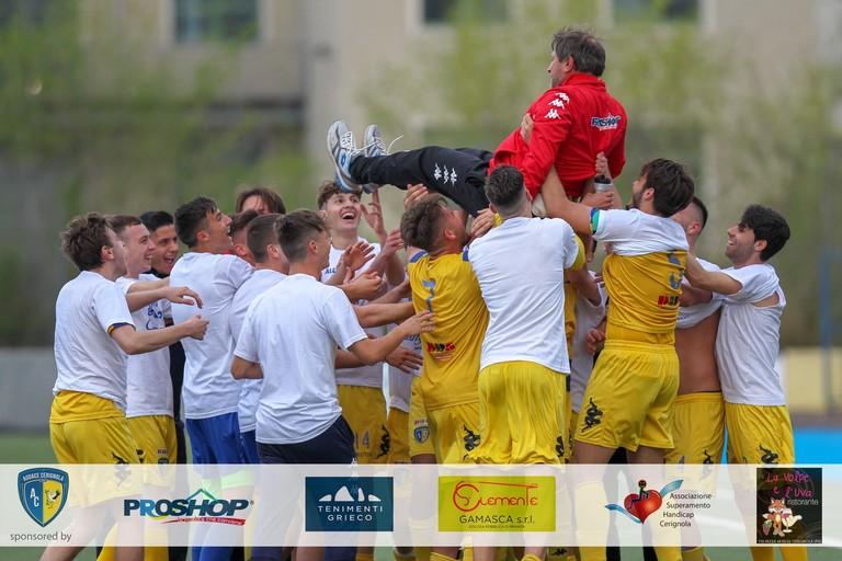 Giuseppe Crudele portato in trionfo dai ragazzi della Juniores Audace Cerignola. <span>Foto Vito Monopoli</span>