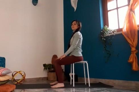 Alessandra Leone: Pratica yoga per il disturbo del mal di testa