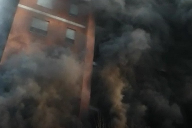 Palazzo Lelli durante l'incendio