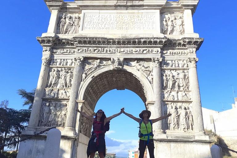 Patrizia (destra) e Luisa (sinistra) sotto l'arco di Traiano a Benevento. <span>Foto Patrizia Riglietti</span>